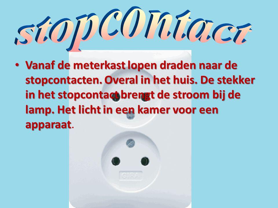 • Vanaf de meterkast lopen draden naar de stopcontacten. Overal in het huis. De stekker in het stopcontact brengt de stroom bij de lamp. Het licht in