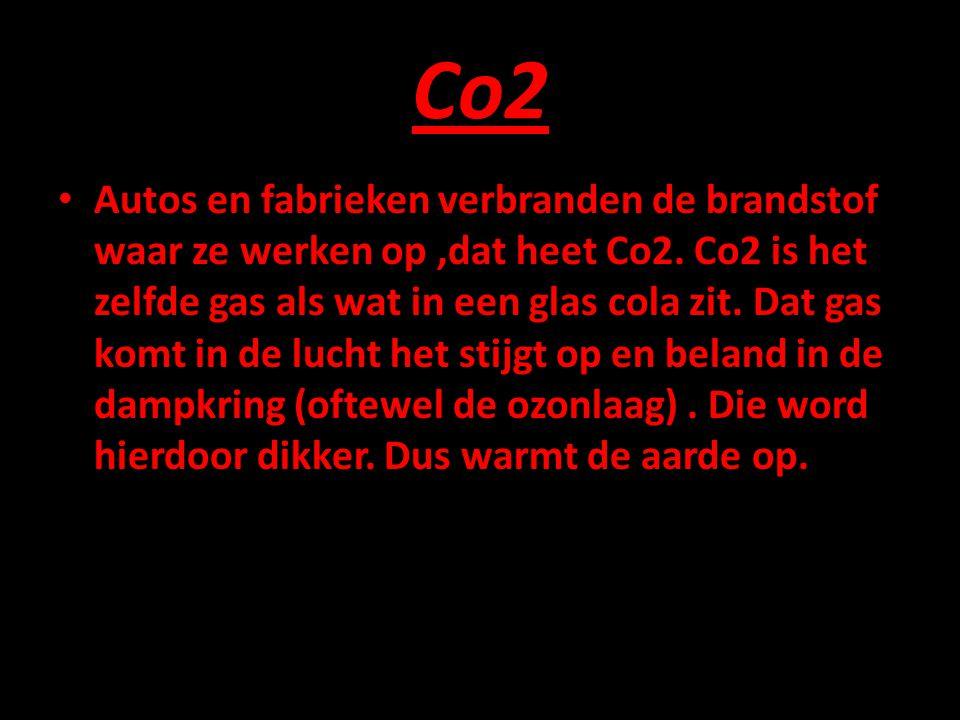 Co2 • Autos en fabrieken verbranden de brandstof waar ze werken op,dat heet Co2. Co2 is het zelfde gas als wat in een glas cola zit. Dat gas komt in d