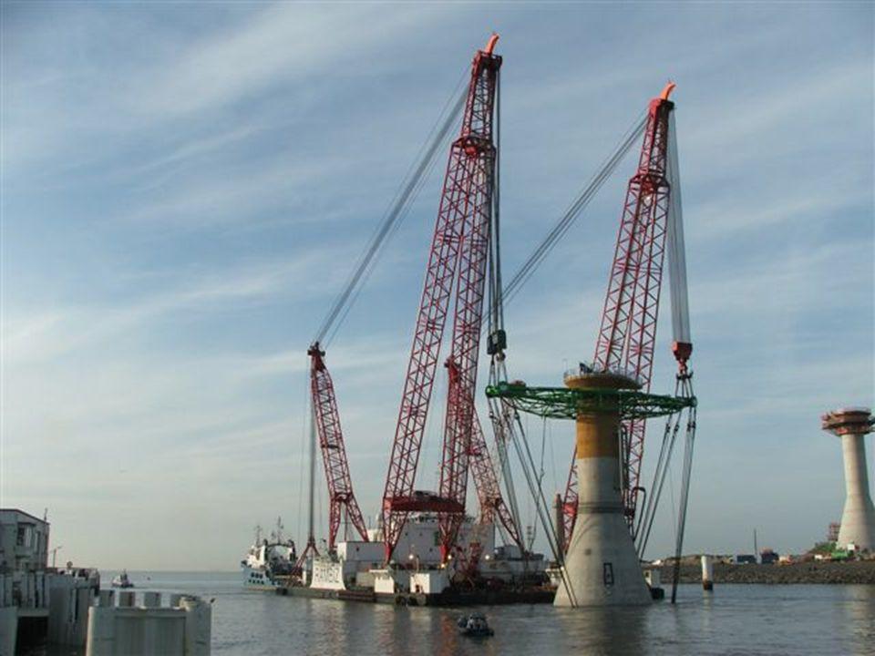 """De sleepboot """"Eide Fighter"""" sleept het werkplatform de """"Rambiz"""" naar zee."""