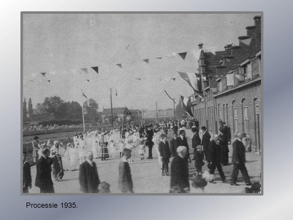 Lage Kanaaldijk met communiecantjes. 1955-1960