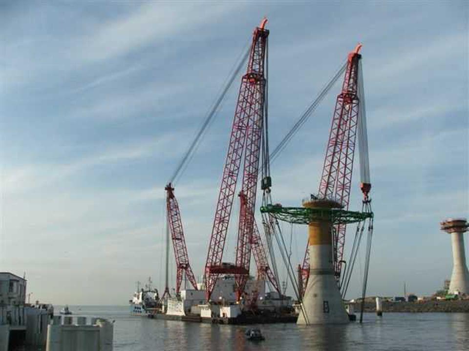 De sleepboot Eide Fighter sleept het werkplatform de Rambiz naar zee.