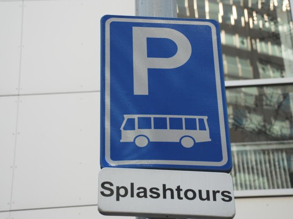 Het avontuur begint op de hoek Blaak ter hoogte van de Leuvehaven tegenover het Maritiem museum Met de Splashbus op Splashtours