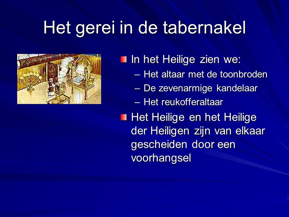 Het gerei in de tabernakel In het Heilige zien we: –Het altaar met de toonbroden –De zevenarmige kandelaar –Het reukofferaltaar Het Heilige en het Hei
