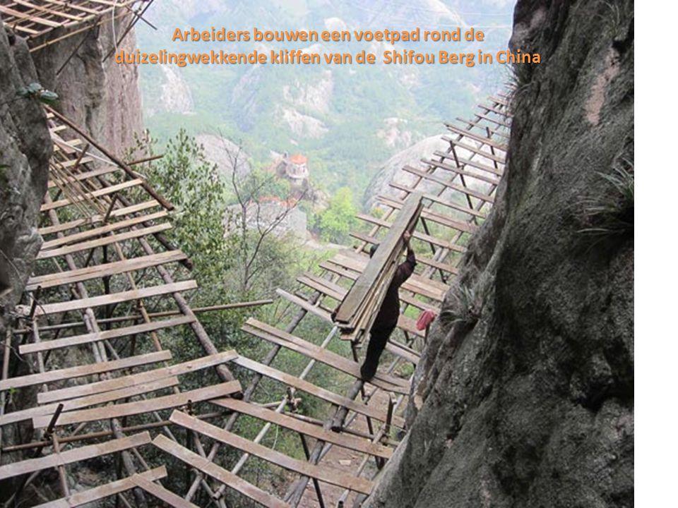 Duizenden meters boven de duizelingwekkende hellingen van de berg Shifou in de provincie Hunan, China, is een team arbeiders aan het werk bijna zonder veiligheidsmaatregelen, bouwend aan een voetpad