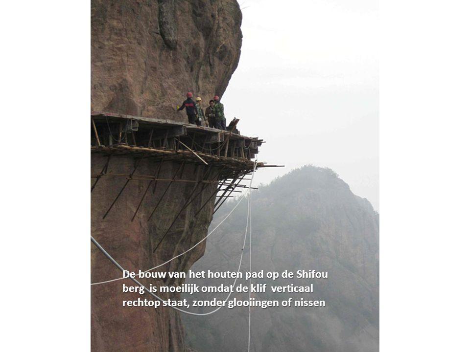 De bouw van het houten pad op de Shifou berg is moeilijk omdat de klif verticaal rechtop staat, zonder glooiingen of nissen
