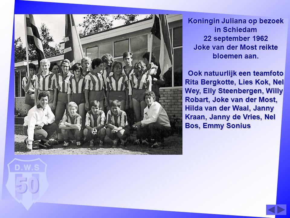 Koningin Juliana op bezoek in Schiedam 22 september 1962 Joke van der Most reikte bloemen aan. Ook natuurlijk een teamfoto Rita Bergkotte, Lies Kok, N