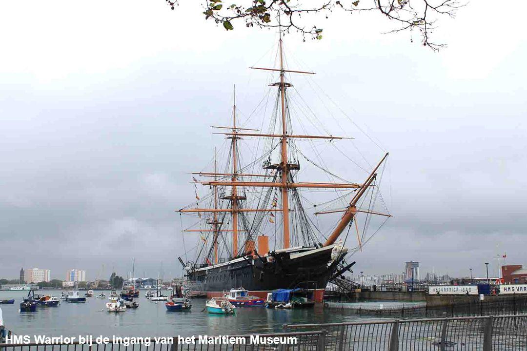 HMS Warrior bij de ingang van het Maritiem Museum