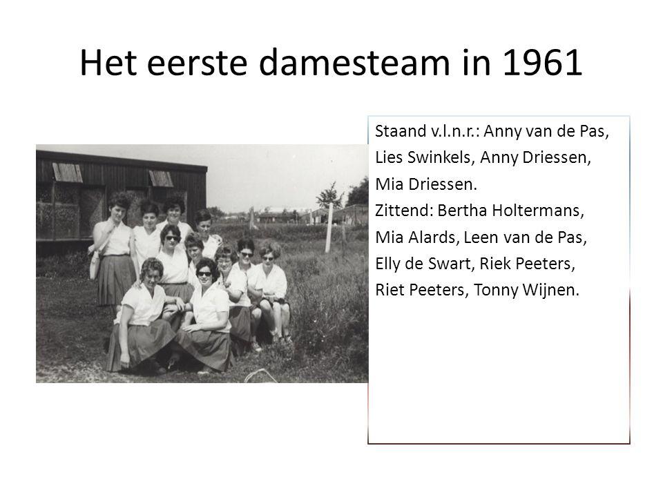 Het eerste damesteam in 1961 Staand v.l.n.r.: Anny van de Pas, Lies Swinkels, Anny Driessen, Mia Driessen.