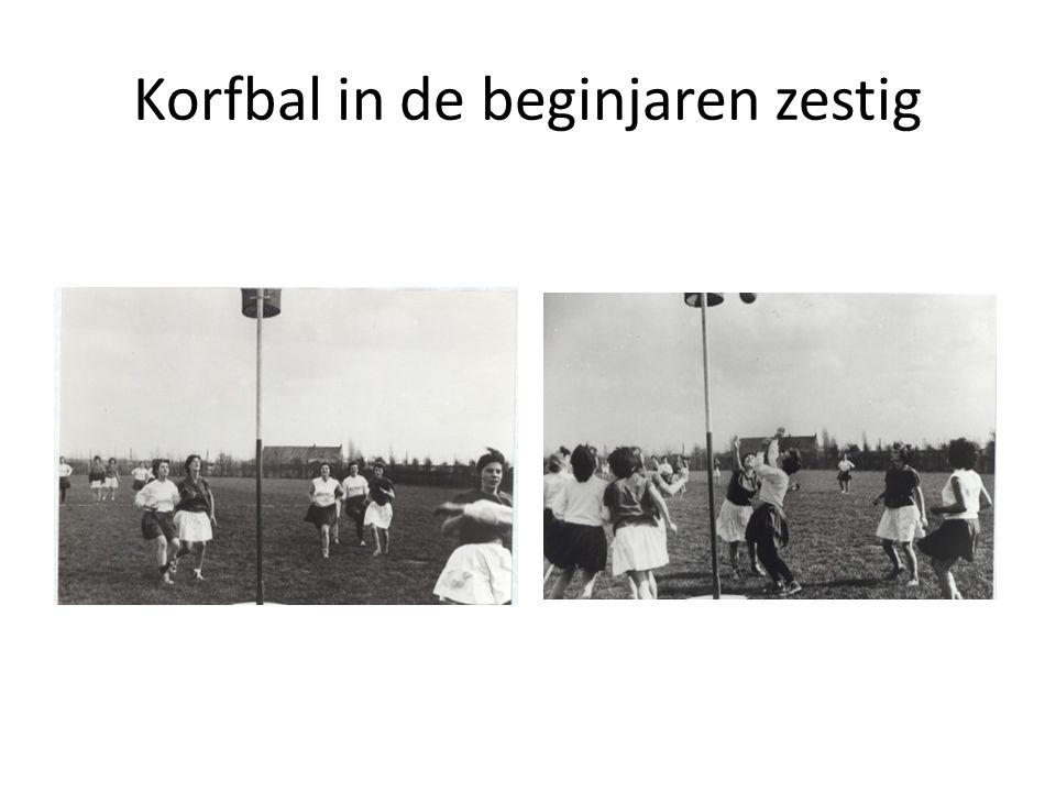 De ontwikkeling van het korfbal In het begin bestond het speelveld uit drie vakken.