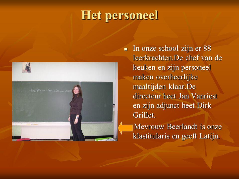 Het personeel  In onze school zijn er 88 leerkrachten.De chef van de keuken en zijn personeel maken overheerlijke maaltijden klaar.De directeur heet Jan Vanriest en zijn adjunct heet Dirk Grillet.