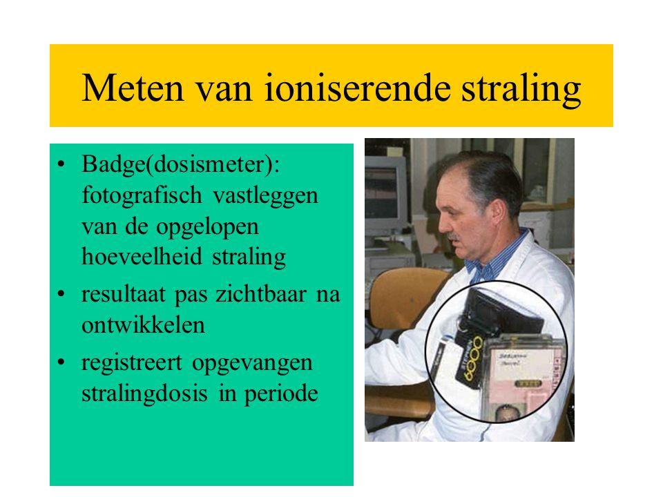 Meten van ioniserende straling •Badge(dosismeter): fotografisch vastleggen van de opgelopen hoeveelheid straling •resultaat pas zichtbaar na ontwikkel