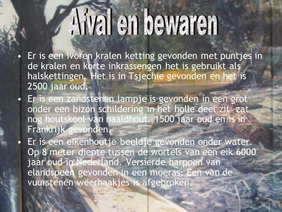 •Er is een ivoren kralen ketting gevonden met puntjes in de kralen en korte inkrassengen het is gebruikt als halskettingen. Het is in Tsjechie gevonde