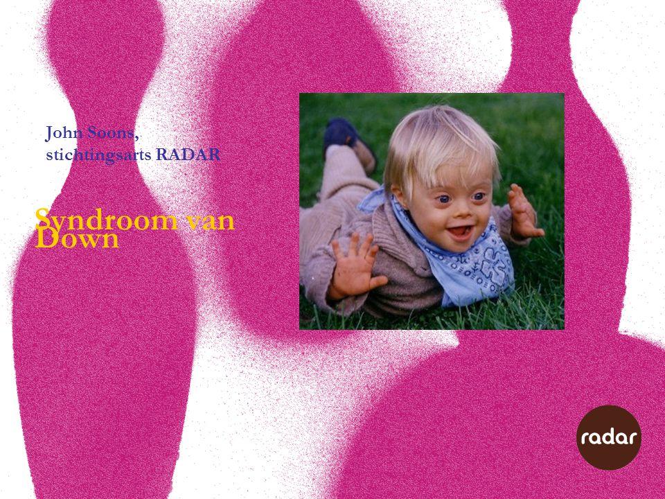 Medische problemen Botten en gewrichten Door slapte van spieren en gewrichtsbanden vaker: •Platvoeten (risico: overbelasting) •Lichte scoliose •X-benen •Verstuikingen •Uit de kom schieten knieschijf/heup (risico: slijtage gewricht) •Atlanto-axiale instabiliteit (risico: schade ruggemerg) Op jongere leeftijd: •Osteoporose (botontkalking) •Reuma