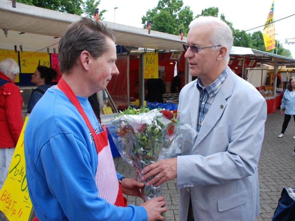 De zoon van Poelier N. v.d. Giessen nam de bloemen in ontvangst voor zijn vader