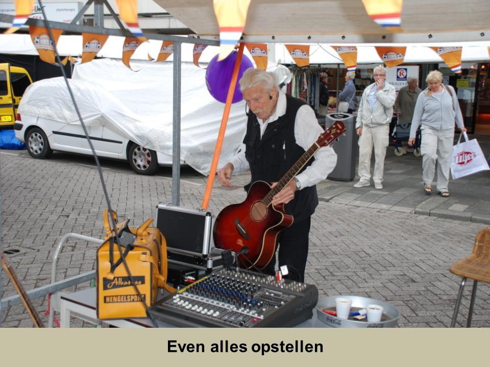De heer Goverde kwam nog een bekende tegen, de heer Korbijn ging zijn zangkunsten vertonen op de feestmarkt