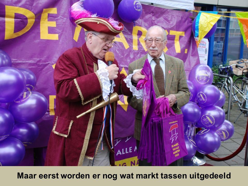 Mijnheer van Dijk is ziek dus krijgt mevrouw van Dijk de bloemen uit handen van onze oud wethouder