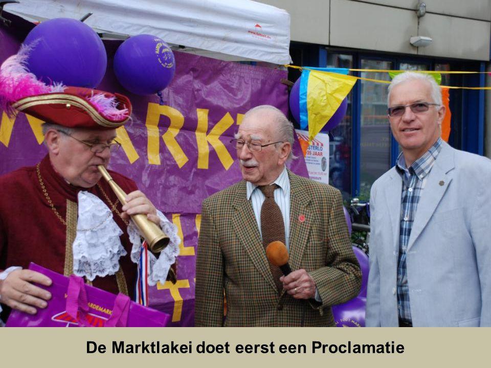 De kooplieden die 35 jaar op deze markt staan worden in de bloemetjes gezet door de oud wethouder, en deelgemeente voorzitter van Charlois