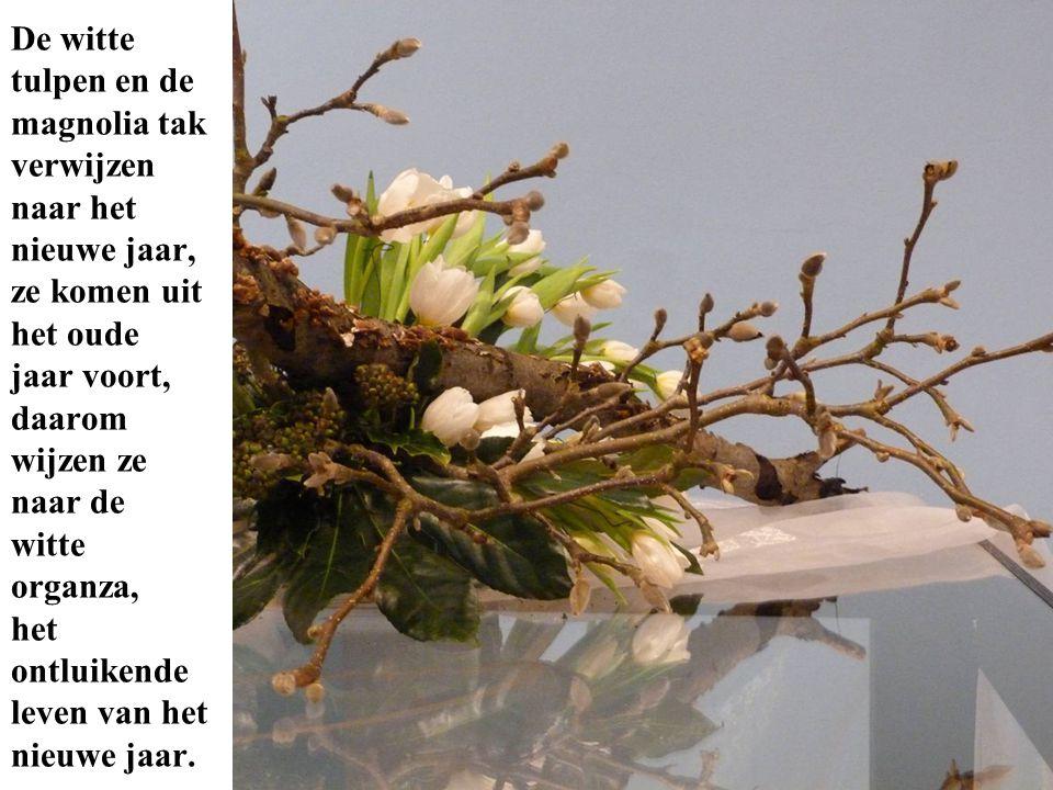De witte tulpen en de magnolia tak verwijzen naar het nieuwe jaar, ze komen uit het oude jaar voort, daarom wijzen ze naar de witte organza, het ontlu