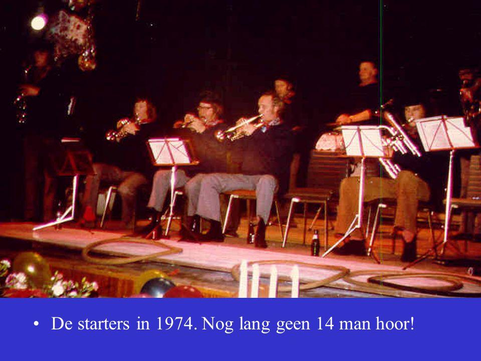 •De starters in 1974. Nog lang geen 14 man hoor!