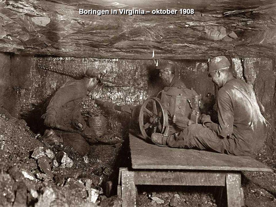 Zeven van kolen Pennsylvania – 1911 Zeven van kolen Pennsylvania – 1911 De knapen zitten vlak boven de kolentransportbanden.