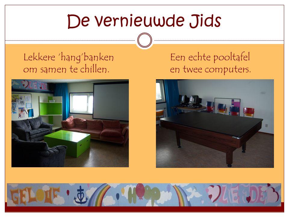 De vernieuwde Jids Lekkere 'hang'banken om samen te chillen. Een echte pooltafel en twee computers.