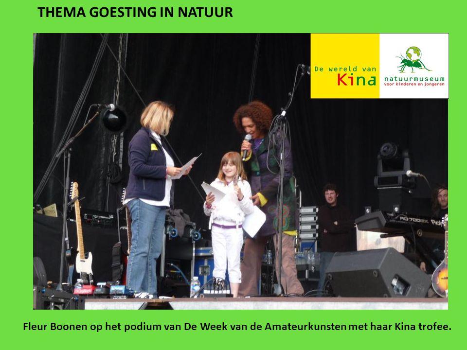 THEMA GOESTING IN NATUUR Fleur Boonen op het podium van De Week van de Amateurkunsten met haar Kina trofee.