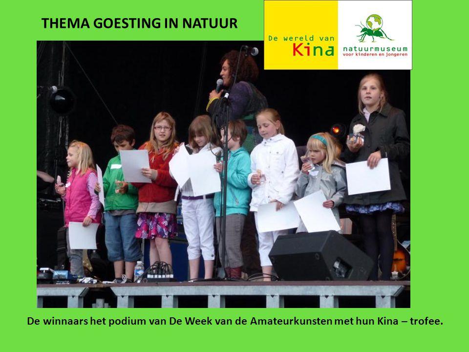 THEMA GOESTING IN NATUUR De winnaars het podium van De Week van de Amateurkunsten met hun Kina – trofee.