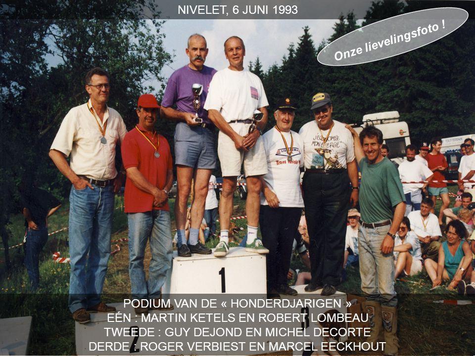 PODIUM VAN DE « HONDERDJARIGEN » EÉN : MARTIN KETELS EN ROBERT LOMBEAU TWEEDE : GUY DEJOND EN MICHEL DECORTE DERDE : ROGER VERBIEST EN MARCEL EECKHOUT NIVELET, 6 JUNI 1993 Onze lievelingsfoto !
