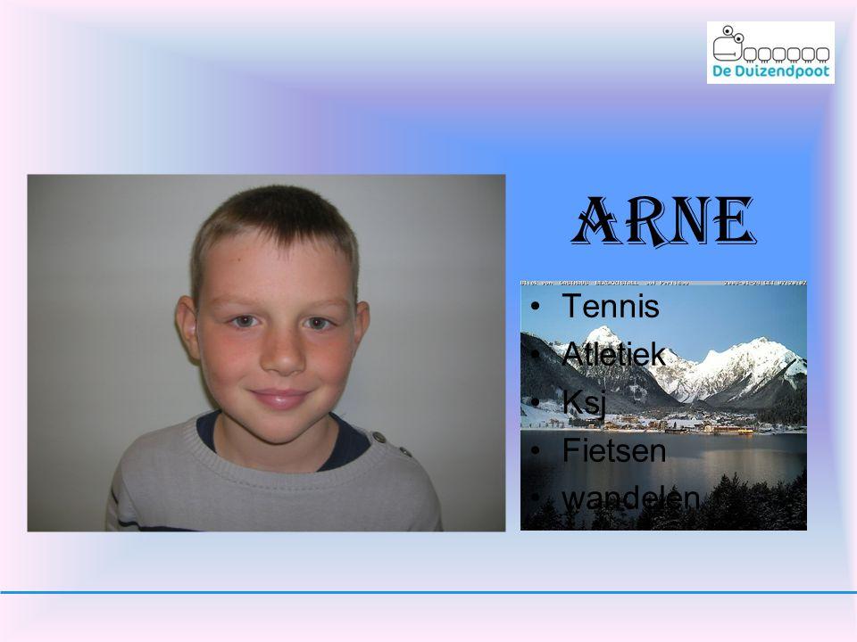 Siegen Mertens •Ik tennis graag. •Ik tennis samen met Arthur en Giel. •En ik sport graag.