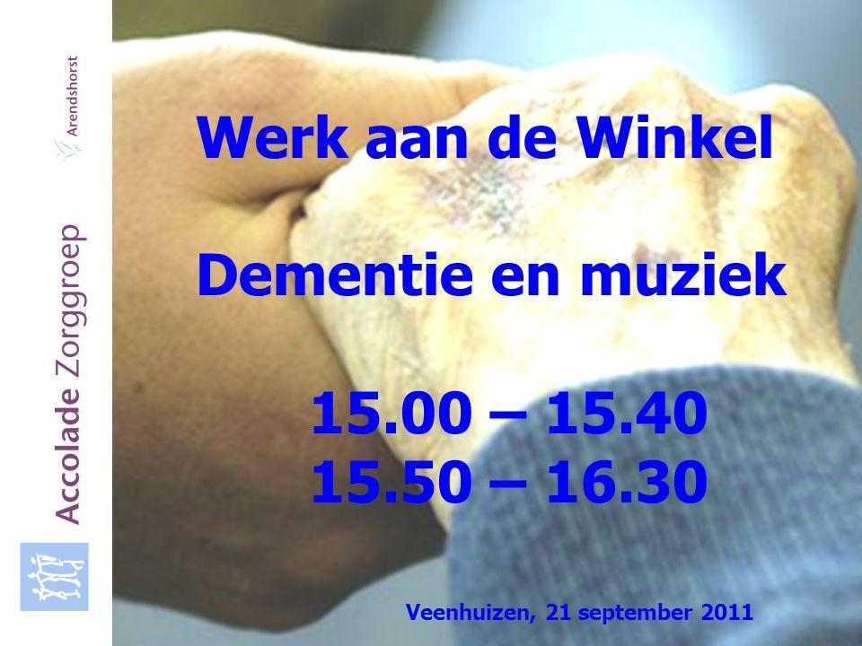 Accolade Zorggroep Accolade Zorggroep is de verkorte naam van de Stichting Gereformeerde Zorg- en Woonvoorziening waarin samenwerken: verzorgingshuis d'Amandelboom in Bilthoven, verpleeghuis De Wijngaard in Bosch en Duin en verzorgings- en verpleeghuis Arendshorst in Assen Accolade, staat voor verbinding en omarming Assen, dinsdag 14 maart 2006 Programma Welkom in de workshop Dementie en muziek Wie zijn wij Dementie en muziek Film koor Arendshorst Ruimte voor vragen Beleef de muziek zelf Afsluiting