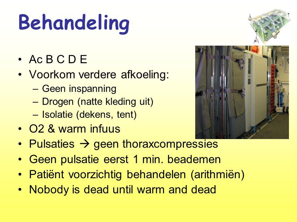 Behandeling •Ac B C D E •Voorkom verdere afkoeling: –Geen inspanning –Drogen (natte kleding uit) –Isolatie (dekens, tent) •O2 & warm infuus •Pulsaties  geen thoraxcompressies •Geen pulsatie eerst 1 min.