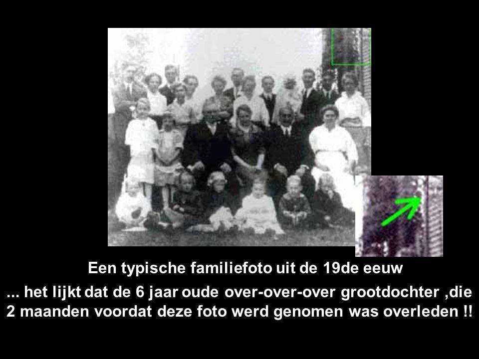 Het lijkt op een gewone familiefoto Maar wie is die persoon op de achtergrond?