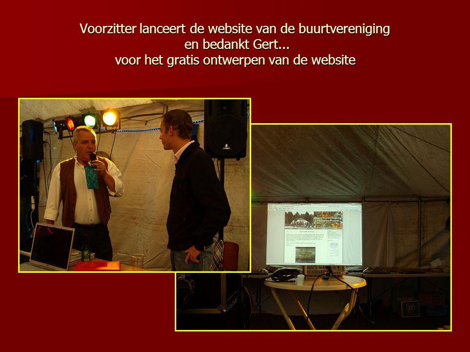 Voorzitter lanceert de website van de buurtvereniging en bedankt Gert... voor het gratis ontwerpen van de website