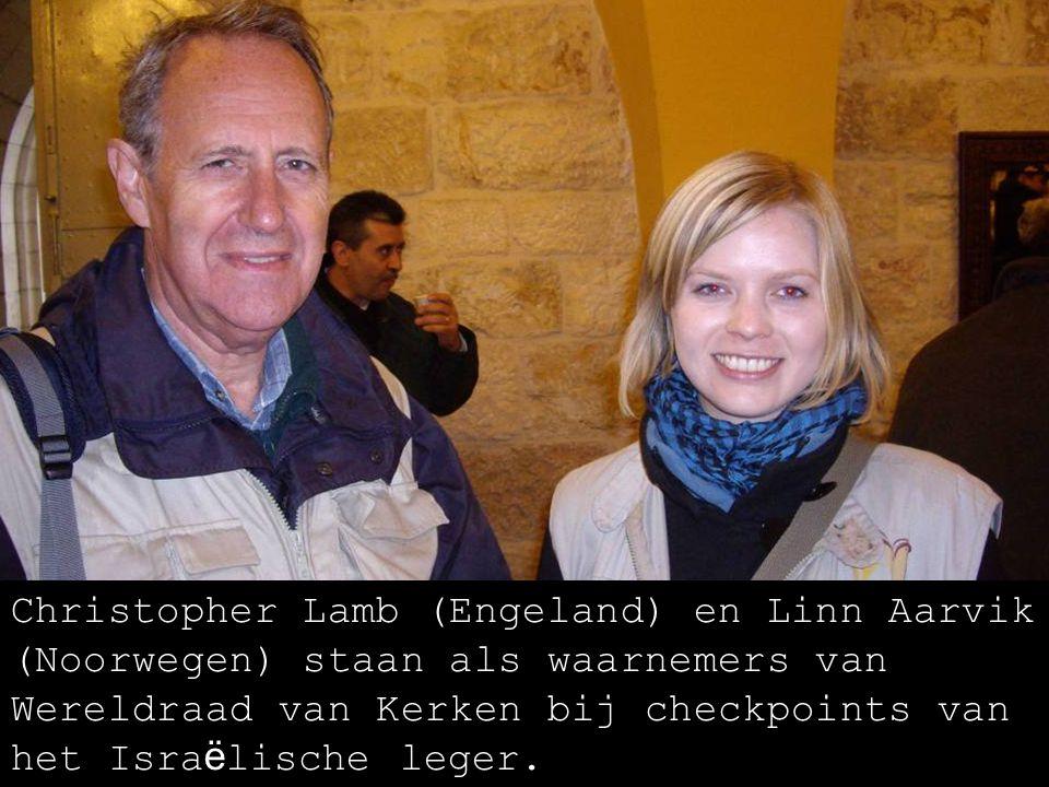 Sarah en Joy, Christian Peacemakers Team, helpen Palestijnse inwoners van At Tuwani bij hun vreedzaam verzet tegen ontruiming.