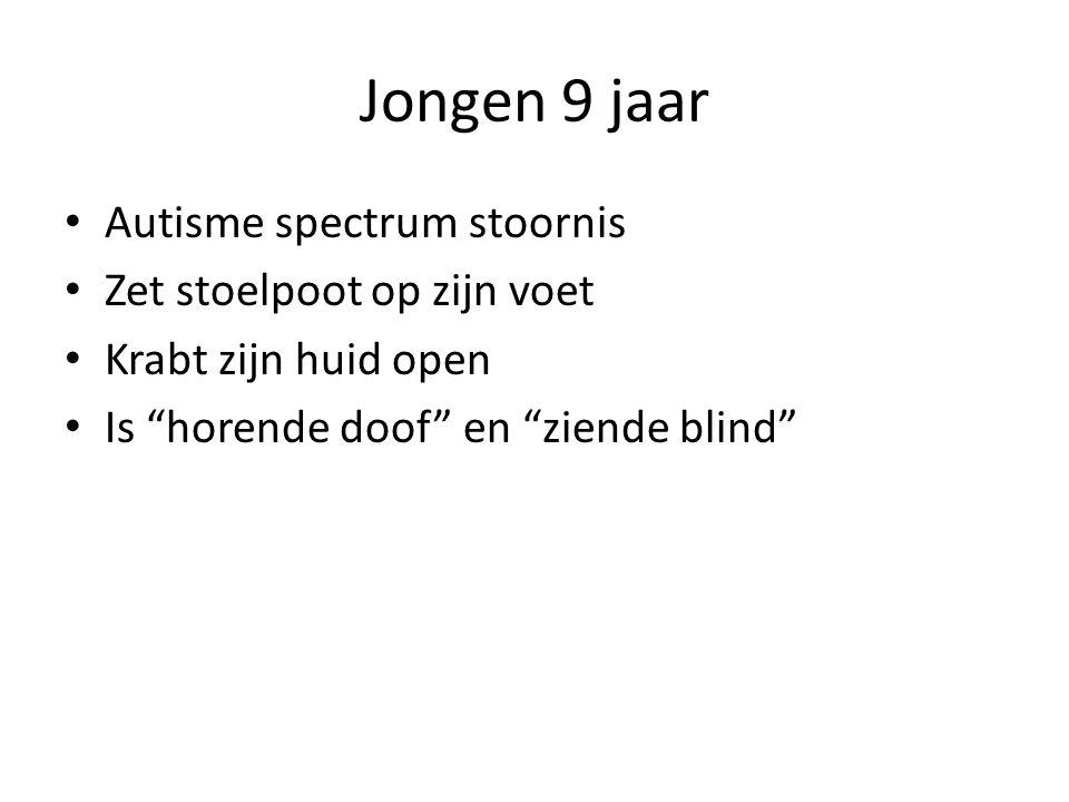 """Jongen 9 jaar • Autisme spectrum stoornis • Zet stoelpoot op zijn voet • Krabt zijn huid open • Is """"horende doof"""" en """"ziende blind"""""""