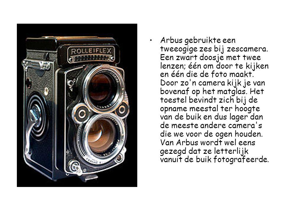 •Arbus gebruikte een tweeogige zes bij zescamera. Een zwart doosje met twee lenzen; één om door te kijken en één die de foto maakt. Door zo'n camera k