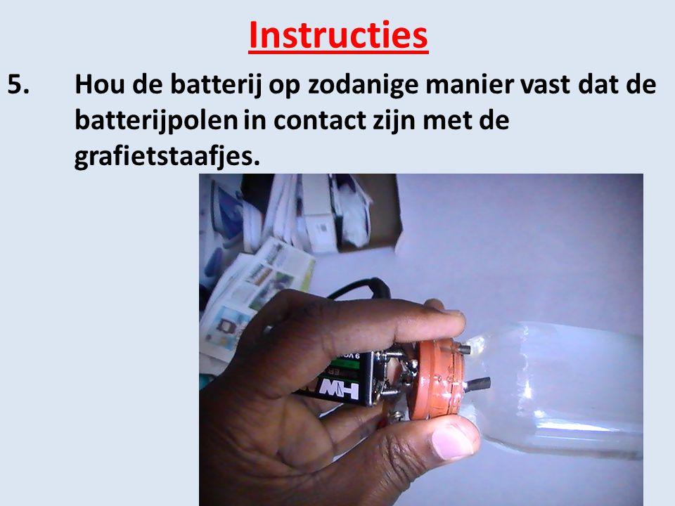 Instructies 5.Hou de batterij op zodanige manier vast dat de batterijpolen in contact zijn met de grafietstaafjes.