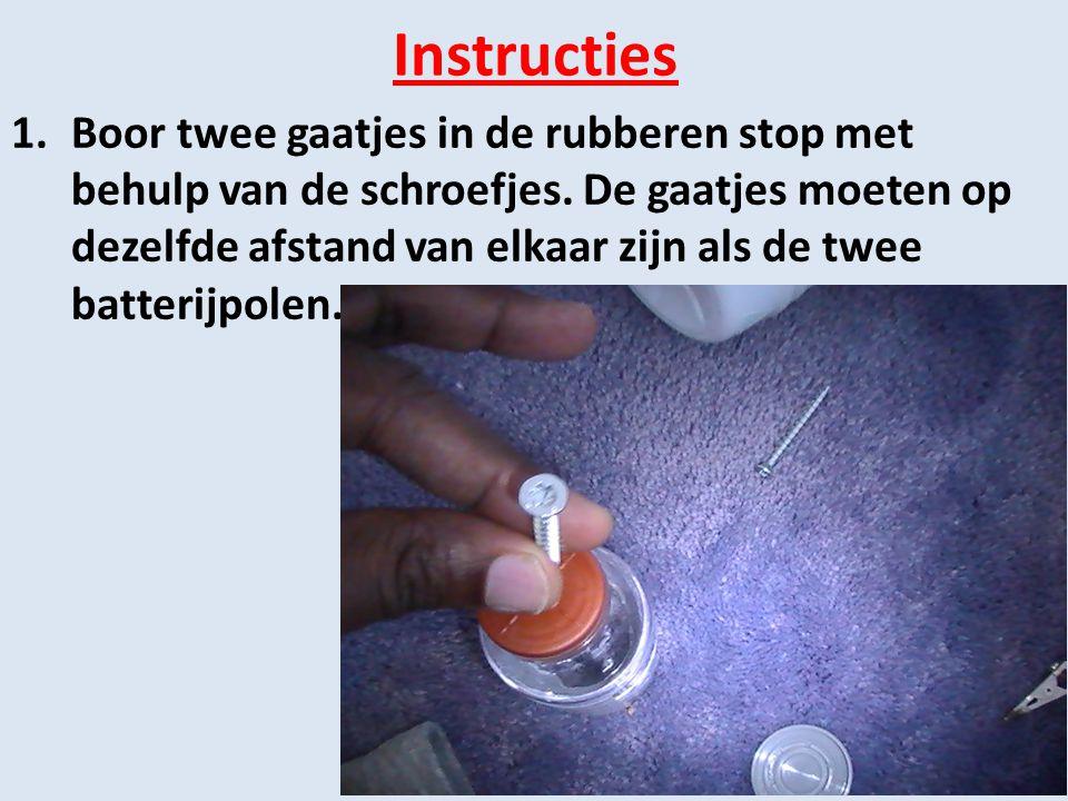 Instructies 1.Boor twee gaatjes in de rubberen stop met behulp van de schroefjes. De gaatjes moeten op dezelfde afstand van elkaar zijn als de twee ba