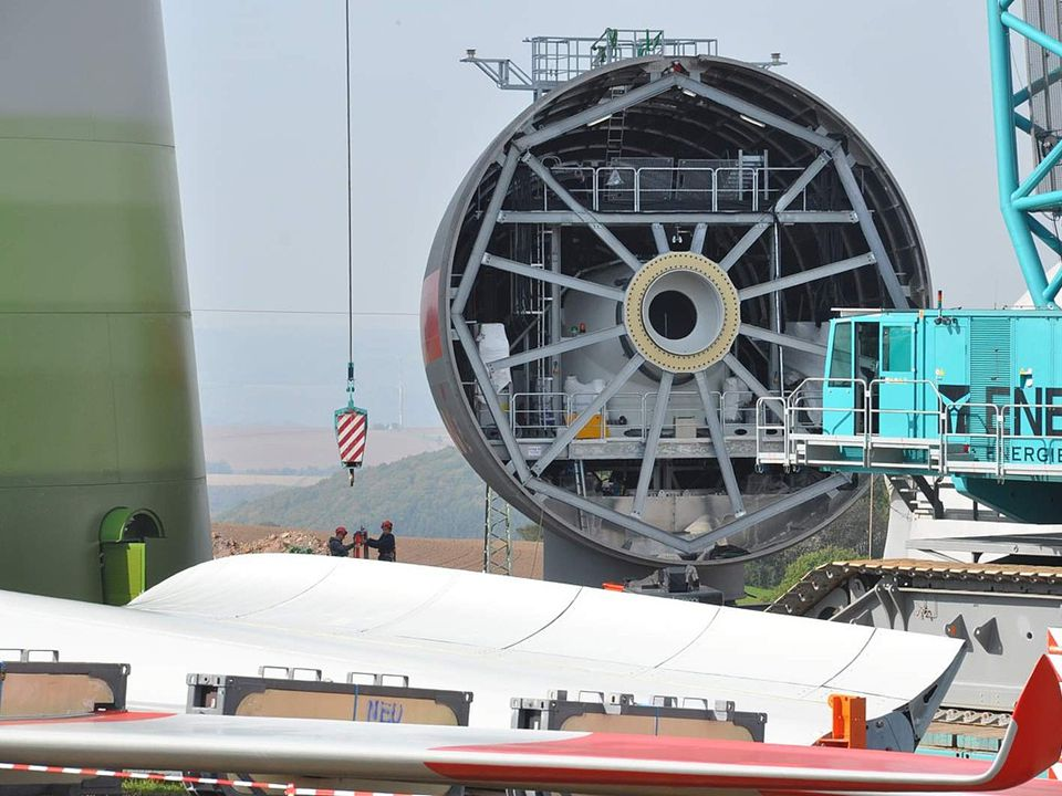 •Test in Zeeland (1 april 2008 – 31 maart 2009) –Energy Ball v100 (4,304 euro) : 73 kWh per year (average output of 8.3 watts)Energy Ball v100 –Ampair 600 (8,925 euro) : 245 kWh per year (28 W)Ampair 600 –Turby (21,350 euro) : 247 kWh per year (28.1 W)Turby –Airdolphin (17,548 euro) : 393 kWh per year (44.8 W)Airdolphin –WRE 030 (29,512 euro) : 404 kWh per year (46 W)WRE 030 –WRE 060 (37,187 euro) : 485 kWh per year (55.4 W)WRE 060 –Passaat (9,239 euro) : 578 kWh per year (66 W)Passaat –Skystream (10,742 euro) : 2,109 kWh per year (240.7 W)Skystream –Montana (18,508 euro) : 2,691 kWh per year (307 W)Montana –Drie windturbines zijn gebroken •Gemiddelde windsnelheid was 3.8 m/s –In een open veld met veel wind –In bebouwd gebied zullen de prestaties aanzienlijk minder zijn Kleine windturbines Turby Energy Ball