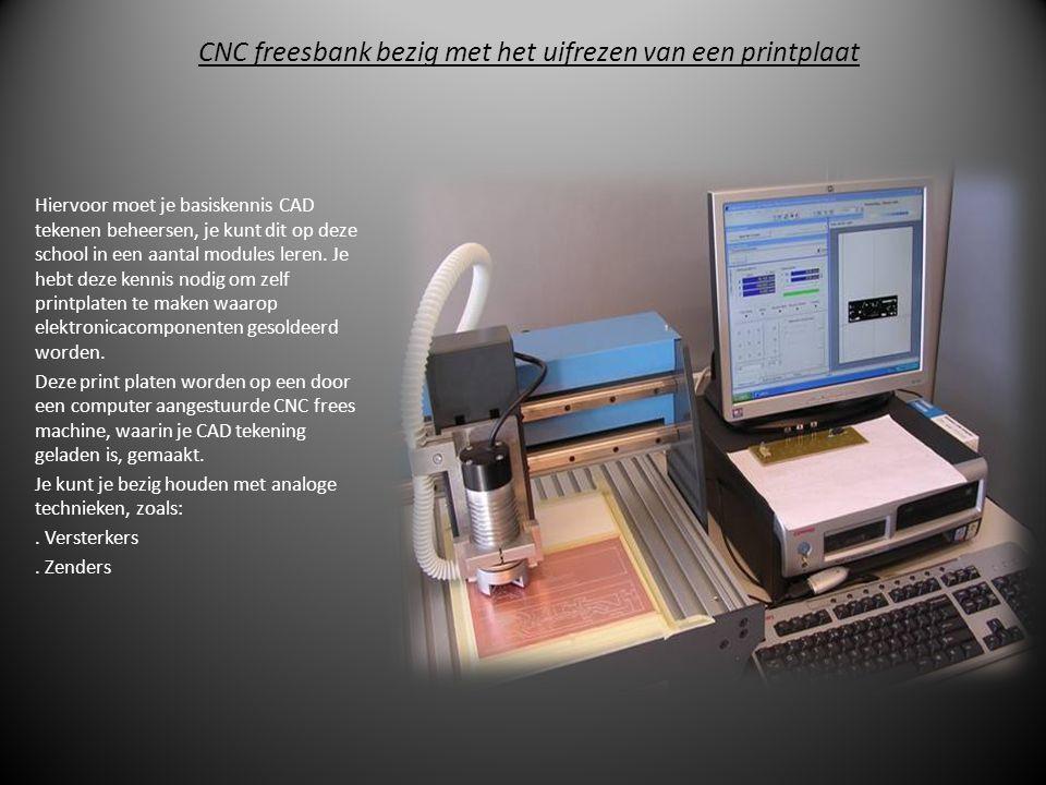 CNC freesbank bezig met het uifrezen van een printplaat Hiervoor moet je basiskennis CAD tekenen beheersen, je kunt dit op deze school in een aantal modules leren.