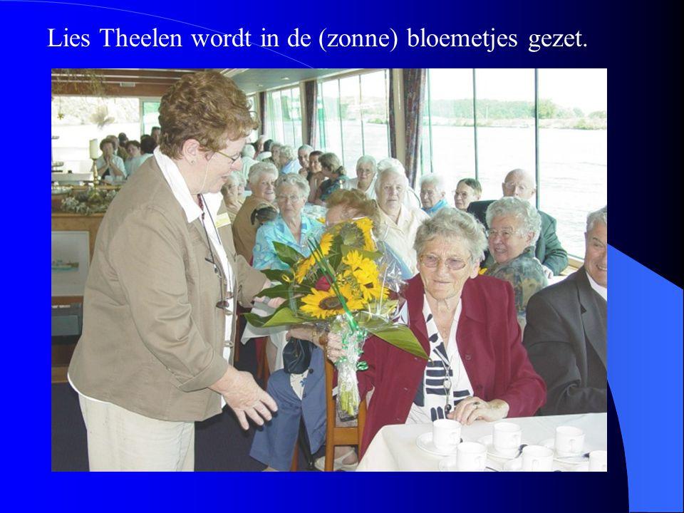 Lies Theelen wordt in de (zonne) bloemetjes gezet.