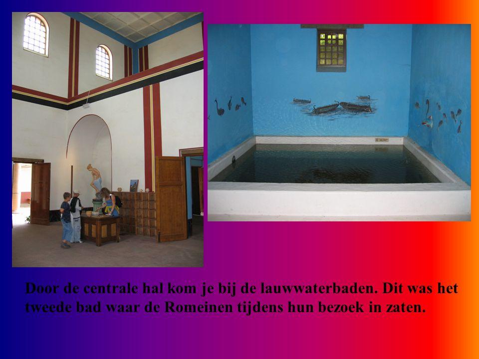 Door de centrale hal kom je bij de lauwwaterbaden. Dit was het tweede bad waar de Romeinen tijdens hun bezoek in zaten.