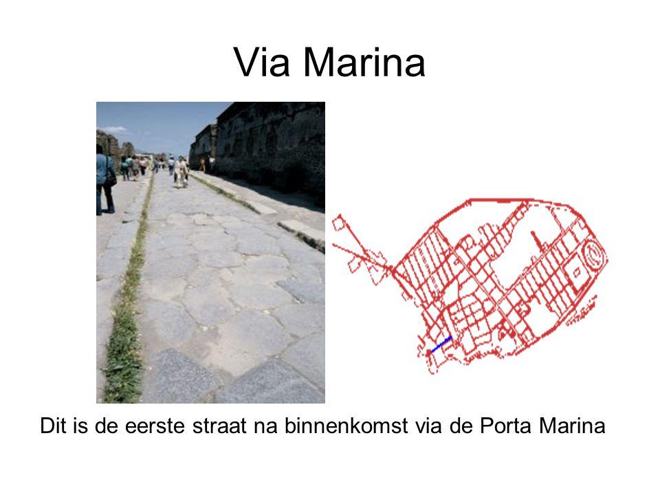 Via Marina Dit is de eerste straat na binnenkomst via de Porta Marina