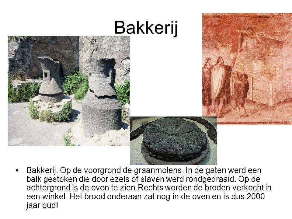 Bakkerij •Bakkerij. Op de voorgrond de graanmolens. In de gaten werd een balk gestoken die door ezels of slaven werd rondgedraaid. Op de achtergrond i