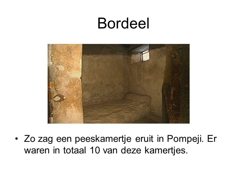 Bordeel •Zo zag een peeskamertje eruit in Pompeji. Er waren in totaal 10 van deze kamertjes.