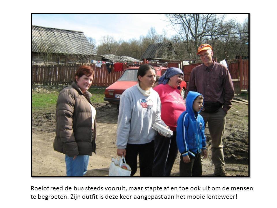 Roelof reed de bus steeds vooruit, maar stapte af en toe ook uit om de mensen te begroeten.