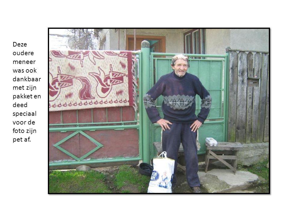 Deze oudere meneer was ook dankbaar met zijn pakket en deed speciaal voor de foto zijn pet af.