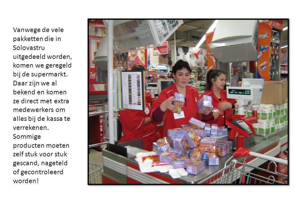 Vanwege de vele pakketten die in Solovastru uitgedeeld worden, komen we geregeld bij de supermarkt.