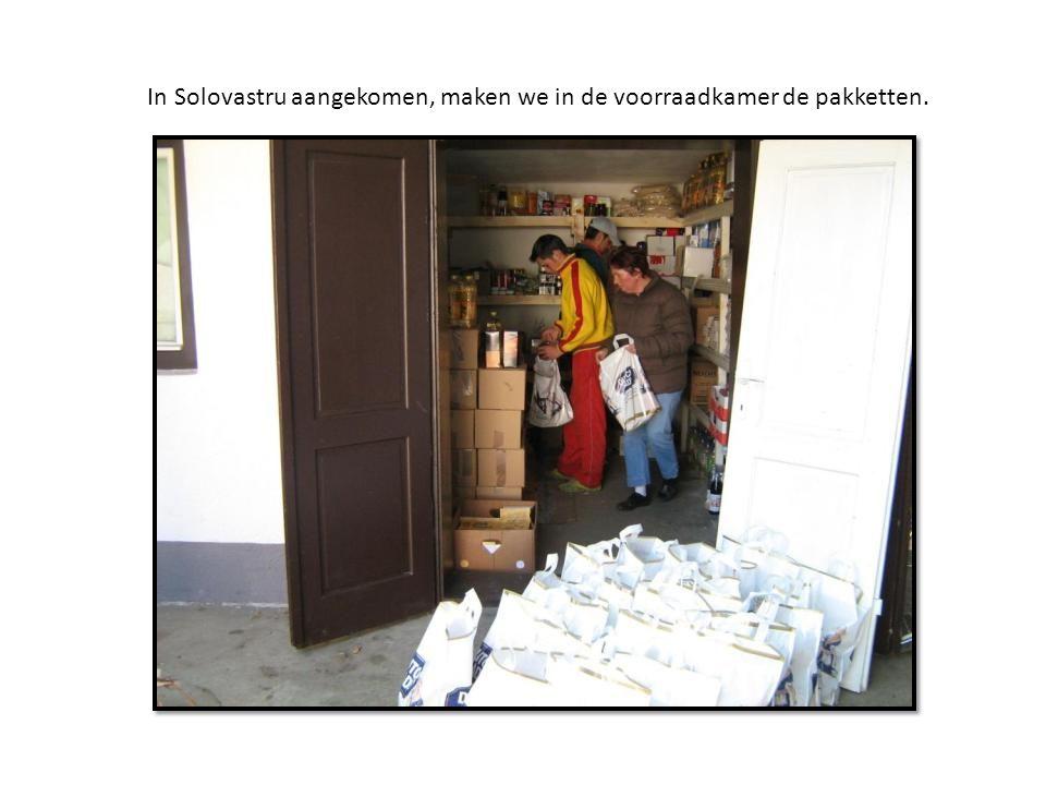 In Solovastru aangekomen, maken we in de voorraadkamer de pakketten.