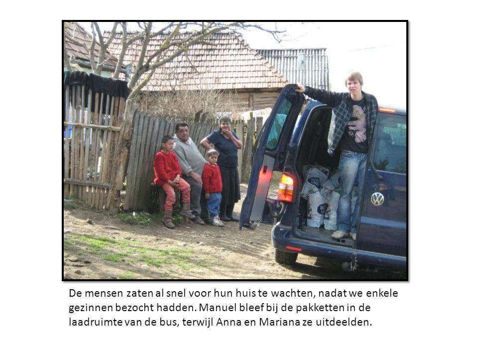 De mensen zaten al snel voor hun huis te wachten, nadat we enkele gezinnen bezocht hadden.